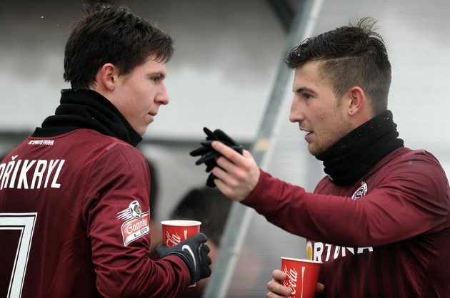 Tomáš Přikryl (vlevo) a Lukáš Vácha se museli posílit horkým čajem...