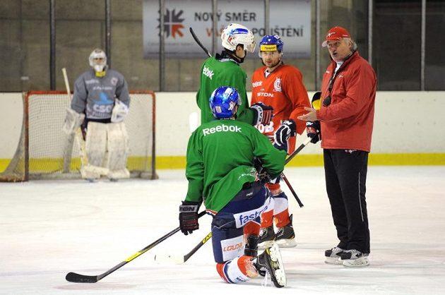 Kouč Pardubic Miloš Říha udílí hráčům pokyny během tréninku.