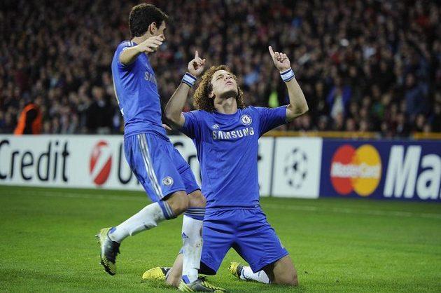 David Luiz z Chelsea slaví svoji trefu so sítě Nordsjaellandu