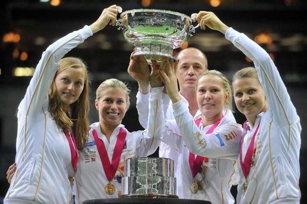 Český fedcupový tým se raduje ze zisku trofeje, zleva Petra Kvitová, Andrea Hlaváčková, kapitán Petr Pála, Lucie Hradecká a Lucie Šafářová.