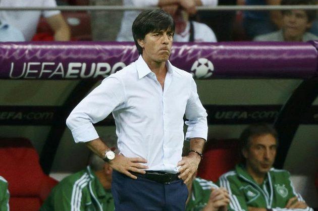 Strnulý pohled německého trenéra Joachima Löwa.