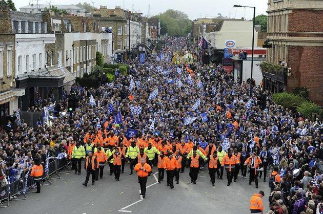 Fanoušci Chelsea čekají na Kings Road na příjezd vítězů Ligy mistrů.