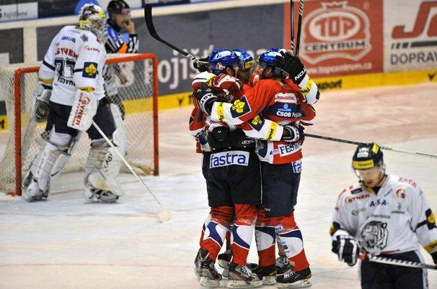 Pardubičtí se radují z vyrovnávacího gólu proti Liberci ve druhém semifinále.