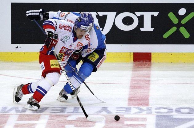 Tomáš Plekanec (vlevo) se snaží obejít Fina Petriho Kontiolu na Kajotbet Hockey Games v Brně.