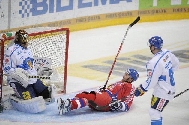 Finský brankář Tuukka Rask nedokázal zabránit gólové střele Petra Nedvěda.