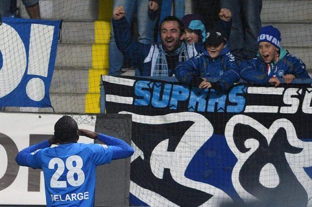 Liberecký útočník Dzon Delarge se raduje s fanoušky ze vstřelení gólu proti Mladé Boleslavi.