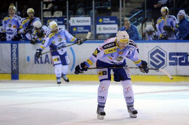 Zklamaní hokejisté Brna po porážce v Kladně. Vpředu obránce Tomáš Žižka.
