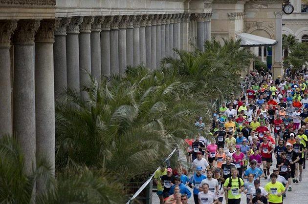 Tisíce běžců si užilo půlmaratón v Karlových Varech. Někdo ale i trpěl.