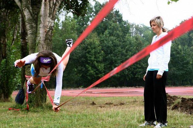 Šárka Záhrobská je po operaci nádoru na hypofýze zpátky v tréninku. Na snímku při sérii balančních cvičení v areálu PSK Olymp. Vpravo fyzioterapeutka Lucie Sluková.