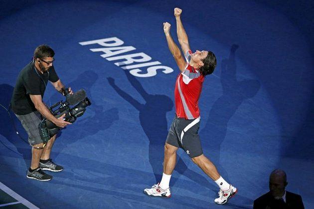 Takhle se David Ferrer v Paříži radoval z vítězství.