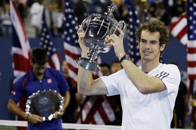 Šťastný Andy Murray s pohárem pro vítěze US Open.