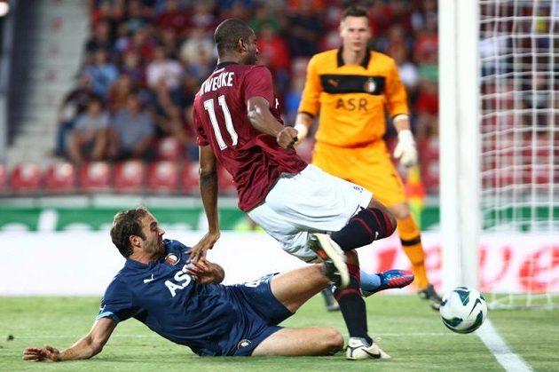 Sparťanský ostrostřelec Léonard Kweuke se proti obraně Feyenoordu neprosadil, ale mrzet ho to nemuselo