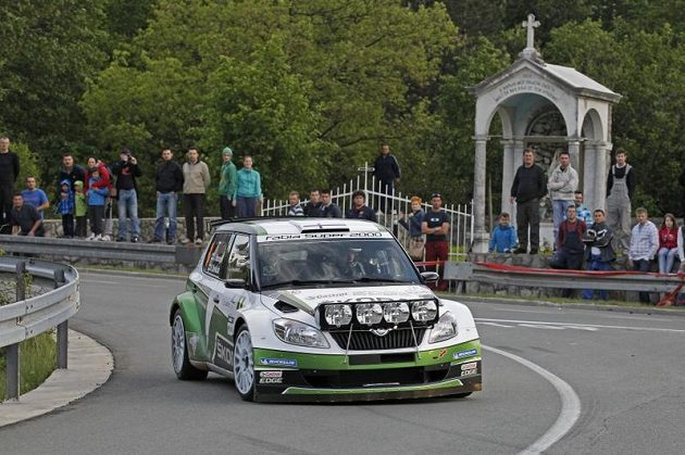 Juho Hänninen se Škodou Fabia S2000 na trati Chorvatské rallye.