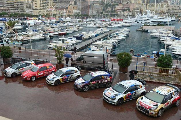 Přístav v Monte Carlu je tradiční součástí závodu mistrovství světa v rallye, v těsném sousedství jachet je uzavřené parkoviště závodních strojů.