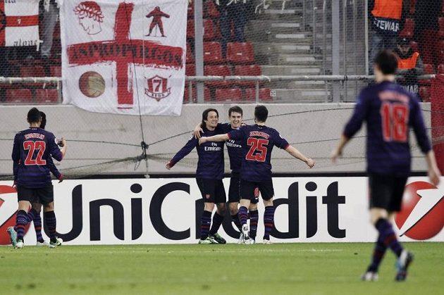 Tomáš Rosický (vlevo) se raduje se spoluhráči z branky do sítě Olympiakosu Pireus.