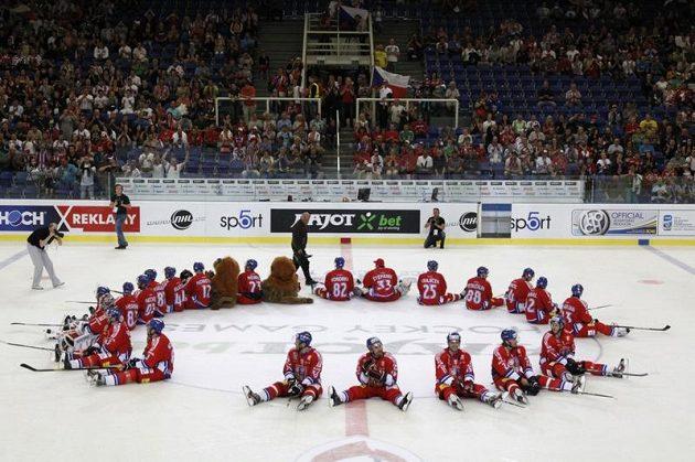 Čeští hokejisté se loučí s diváky v Brně po vítězství nad Ruskem.