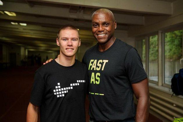 Český sprinter Pavel Maslák (vlevo) s legendárním Carlem Lewisem.