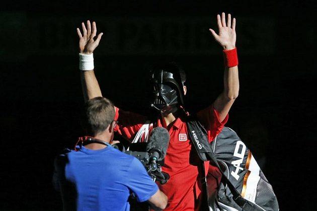 Srbský tenista Novak Djokovič v masce zlosyna z Hvězdných válek Dartha Vadera.