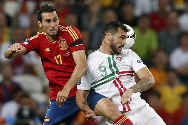 Španělský zadák Álvaro Arbeloa (vlevo) v souboji s Hugem Almeidou z Portugalska v semifinálovém utkání Eura