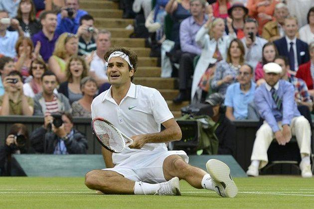 Radost Rogera Federera bezprostředně po posledním vítězném fiftýnu ve finále dvouhry Wimbledonu