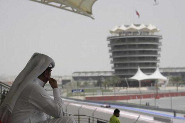 I šejkové se zájmem sledovali dění při pátečním tréninku na Grand prix Bahrajnu.