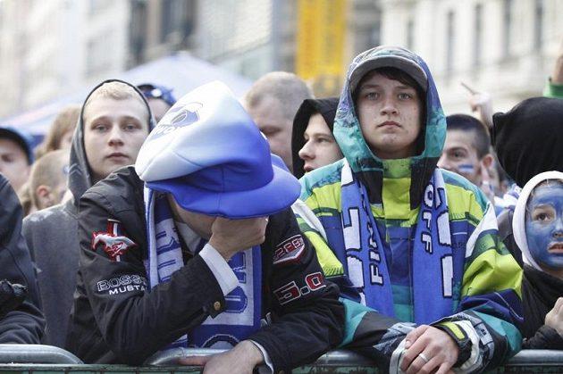 Fanoušci Komety Brno na náměstí smutní po inkasovaném gólu v šestém finále extraligy.