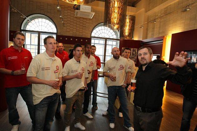 Sládek Vojtěch Homolka (vpravo) vysvětluje svým svěřencům, co je při vaření piva čeká.