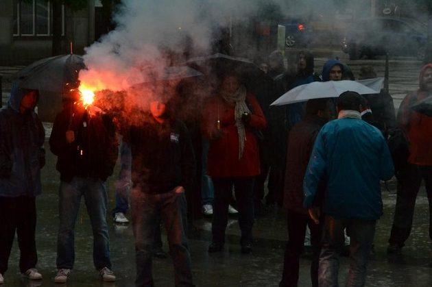 Baník patří na Bazaly, skandovali fanoušci Baníku na úterní demonstraci před ostravským magistrátem.