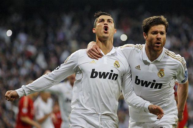 Cristiano Ronaldo oslavuje se spoluhráčem Xabim Alonsem gól Realu proti Bayernu Mnichov v semifinále Ligy mistrů.