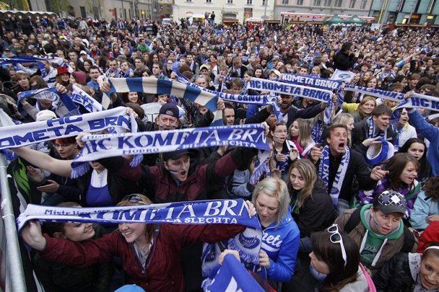 Fanoušci Komety sledují utkání na velkoplošné obrazovce na náměstí Svobody v Brně.