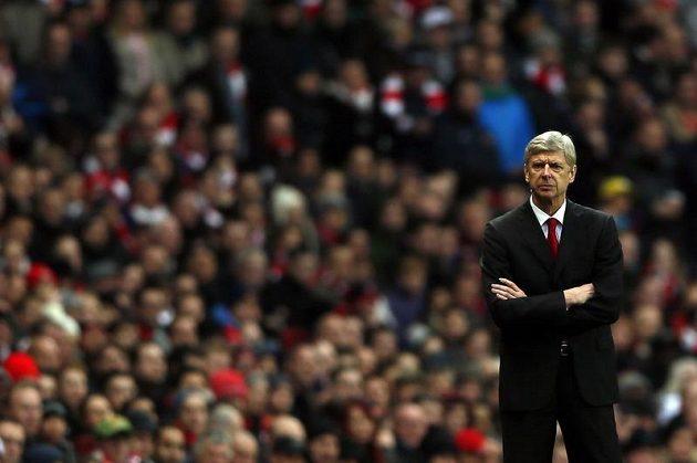 Naštvaný trenér Arsenalu Londýn Arséne Wenger po domácí porážce se Swensea.