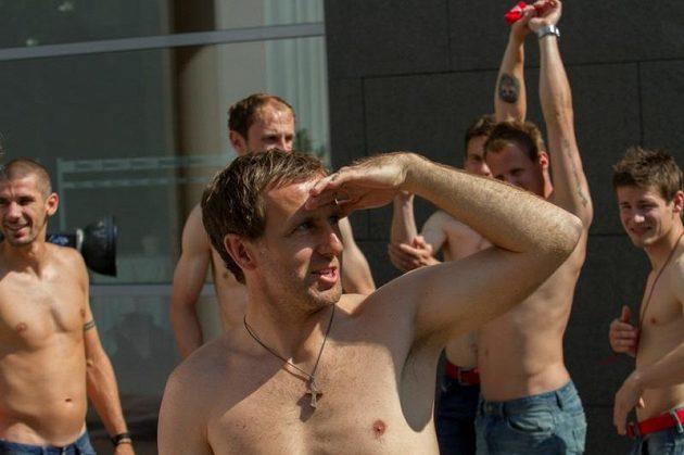 Karel Poborský se dívá do dáli - vidí tam snad medaili z EURO 2012...?
