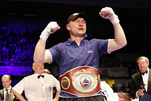 Boxer Lukáš Konečný pózuje v Brně s pásem pro prozatímního mistra světa.