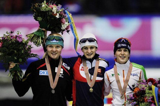 Martina Sáblíková na stupních vítězů. Vlevo stříbrná Beckertová, vpravo třetí Wüstová.