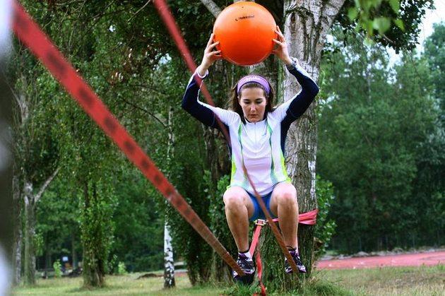Šárka Záhrobská je po operaci nádoru na hypofýze zpátky v tréninku. Na snímku při sérii balančních cvičení v areálu PSK Olymp.
