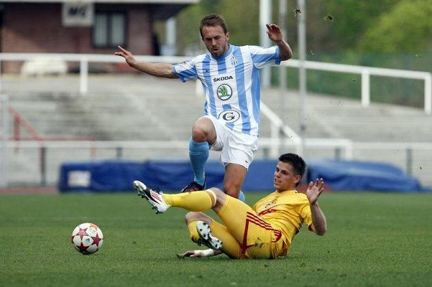 Boleslavský Štohanzl přeskakuje Vrzala z Dukly Praha v utkání 27. kola gambrinus ligy.
