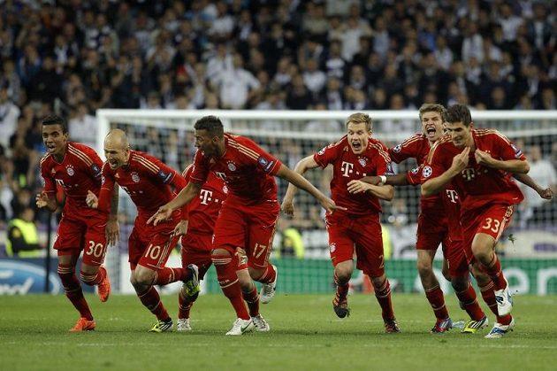 Fotbalisté Bayernu v euforii z postupu do finále Ligy mistrů.