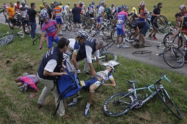 Hromadný pád v 6. etapě Tour, na zemi leží Ital Davide Vigano (vlevo) a Wouter Poels z Nizozemska