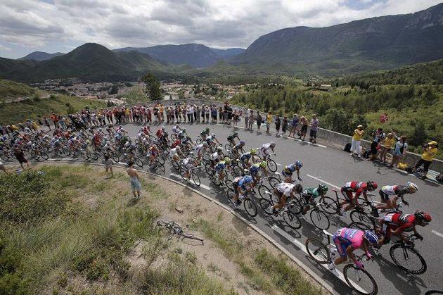 Peloton cyklistů během 14. etapy Tour de France