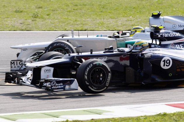 Kolize Nika Rosberga (dále) s Brunem Senou při Velké ceně Itálie.