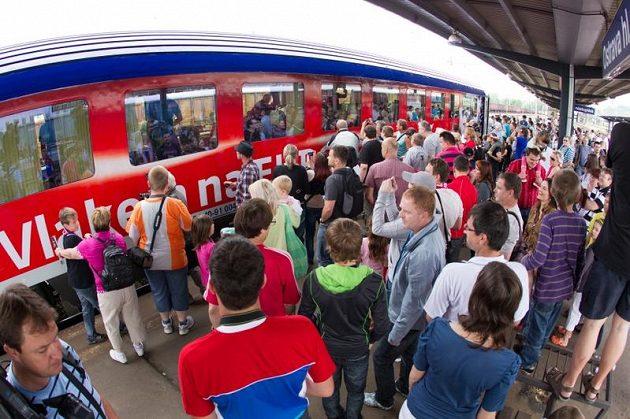 V Ostravě na reprezentanty čekaly tři stovky zklamaných fandů. Reprezentanti totiž vlak neopustili a žádosti o podpis až na dvě výjimky odmítli...