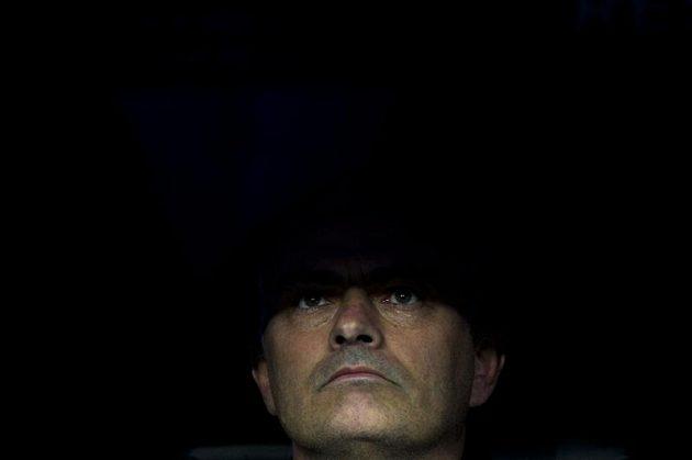 Zklamaný kouč Realu Jose Mourinho v přítmí trenérské lavičky.