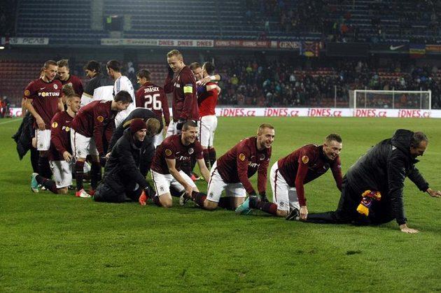Sparťané oslavují postup do jarního play-off Evropské ligy.