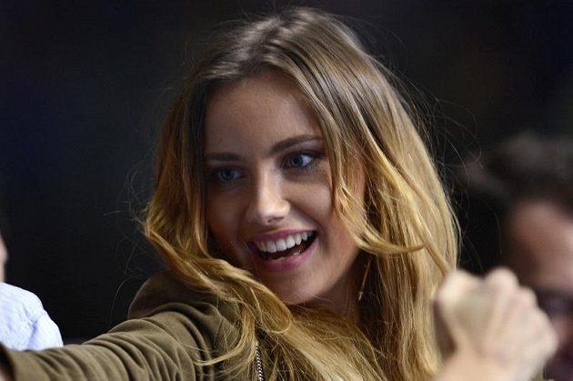 Přítelkyně Tomáše Berdycha Ester Sátorová mohla po zápase české jedničky rozdávat úsměvy.