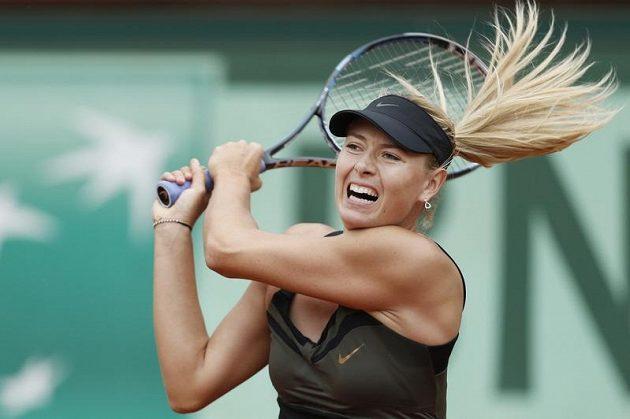 Maria Šarapovová v utkání proti Estonce Kanepiové na French Open.