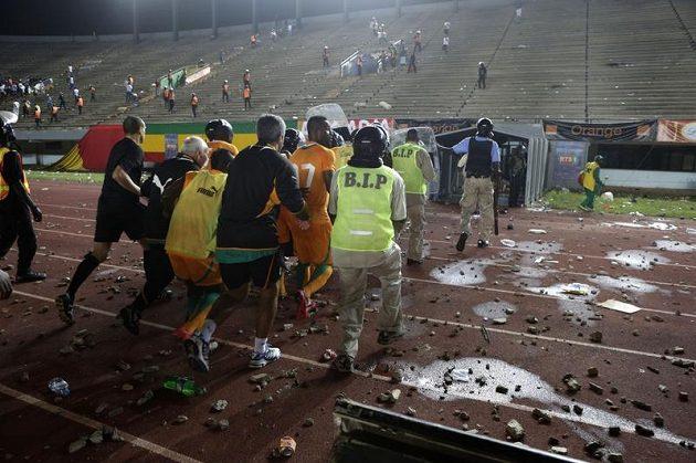 Policisté chrání hráče před hněvem výtržníků