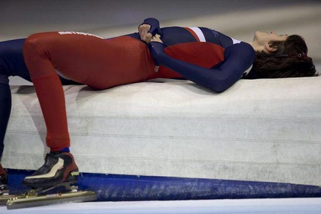 Martina Sáblíková ulevuje bolavým zádům po závodu na 3000 metrů