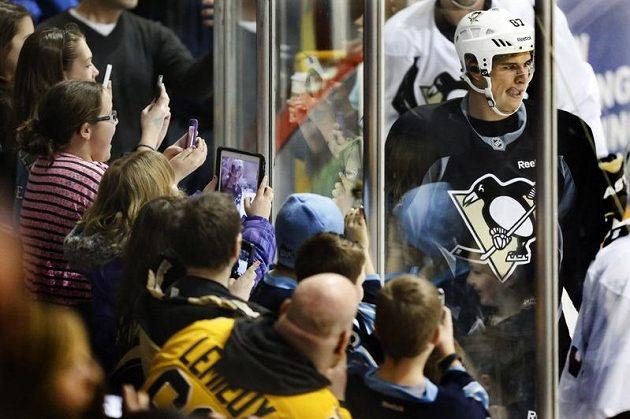 Mám ho! Božský Sidney Crosby v obležení fanoušků Pittsburgh Penguins...