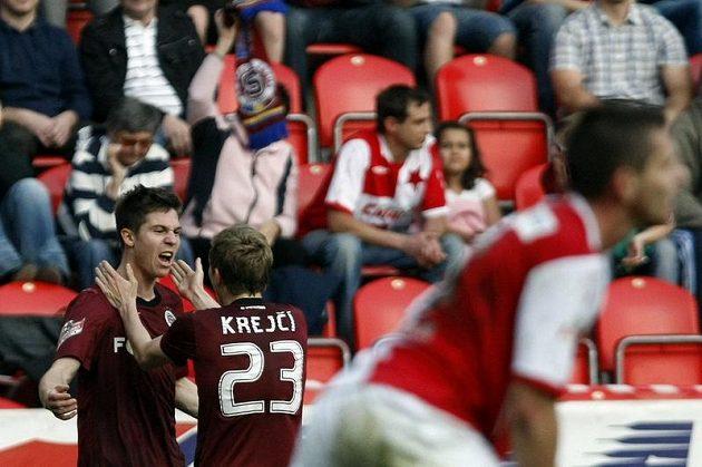 Sparťan Tomáš Přikryl se raduje se spoluhráčem Ladislavem Krejčí ze svého gólu proti Slavii.