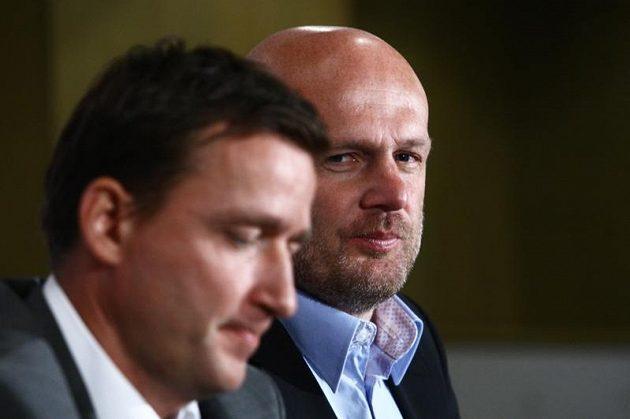 Trenér fotbalové reprezantace Michal Bílek (vpravo) a manažer Vladimír Šmicer